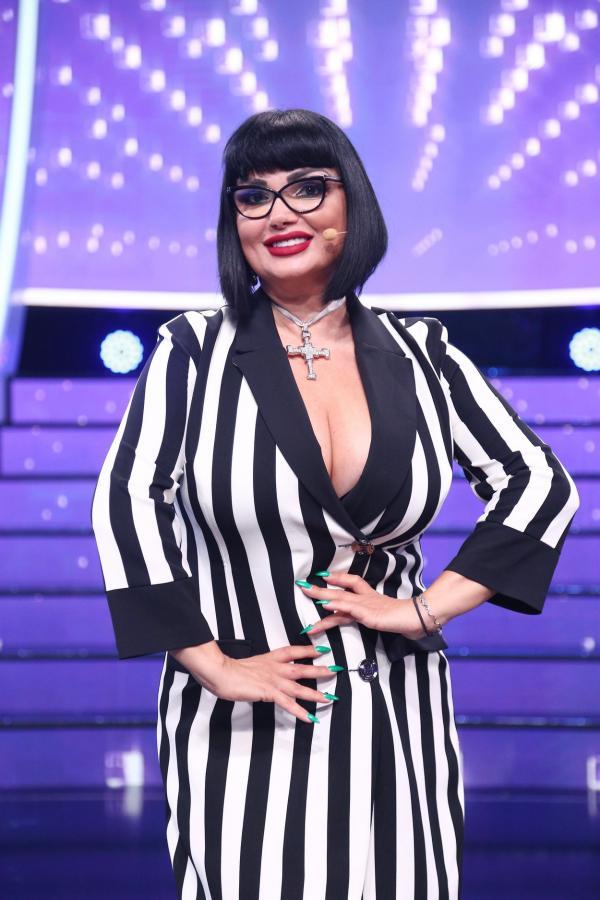 Ozana Barabancea, într-o rochie în dungi verticale, albe și negre, pe platoul emisiunii Te cunosc de undeva!