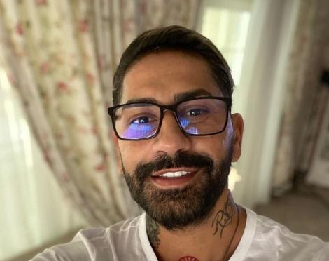 Connect-R cu ochelari, zambeste și poarta un tricou alb