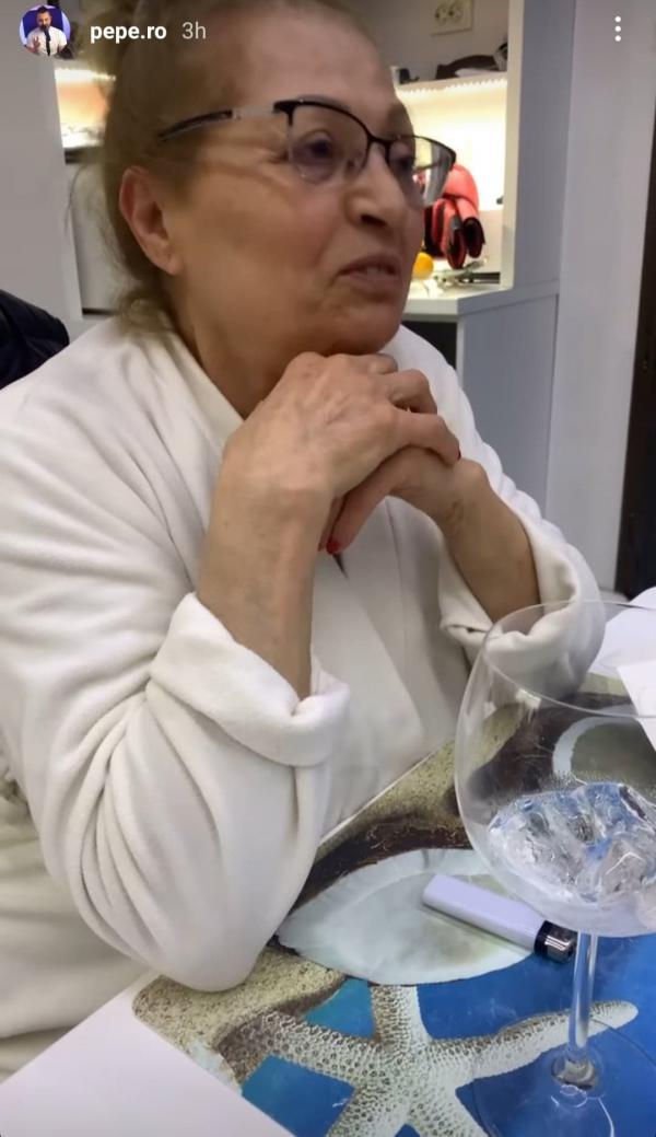 Tatiana Pascu, într-un halat alb, la aniversarea de 70 de ani
