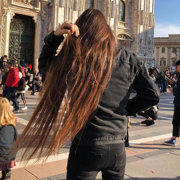 Massimo Volpe, cu părul despletit, în orașul Milano (Italia)