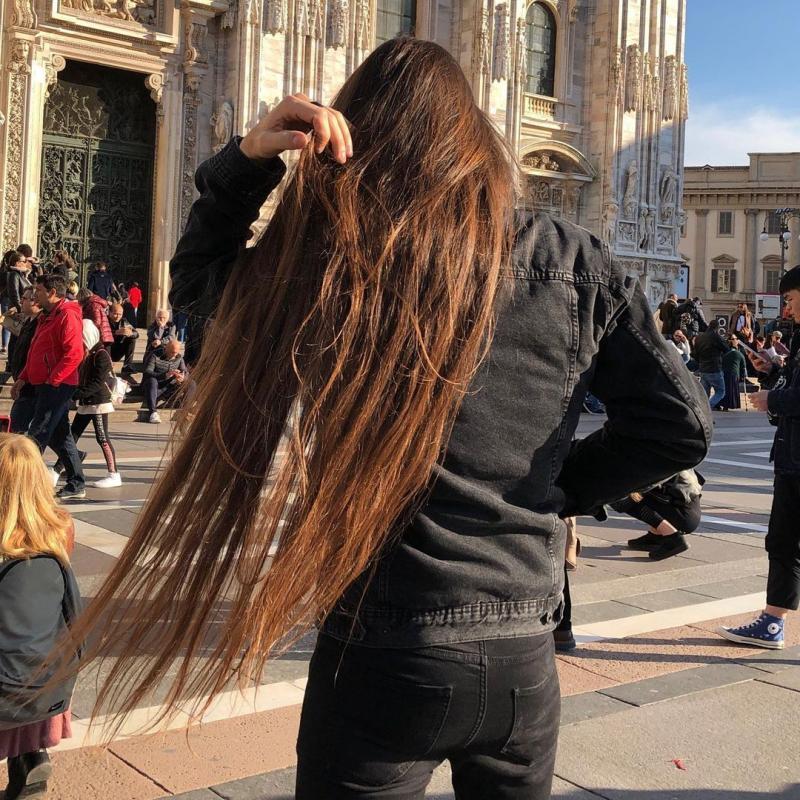 Massimo Volpe, cu părul despletit, la Milano (Italia)