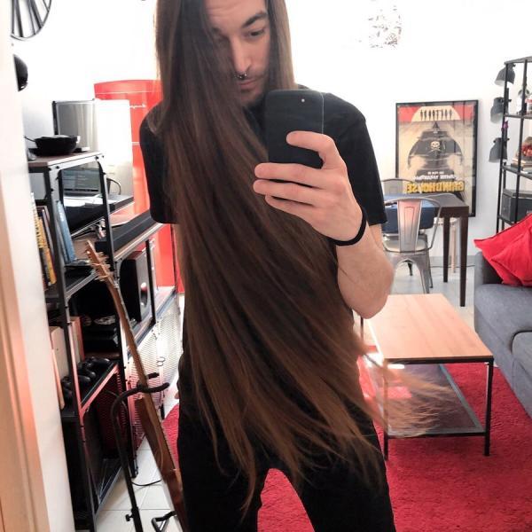 Massimo Volpe, cu părul despletit, făcând un selfie în fața unei oglinzi