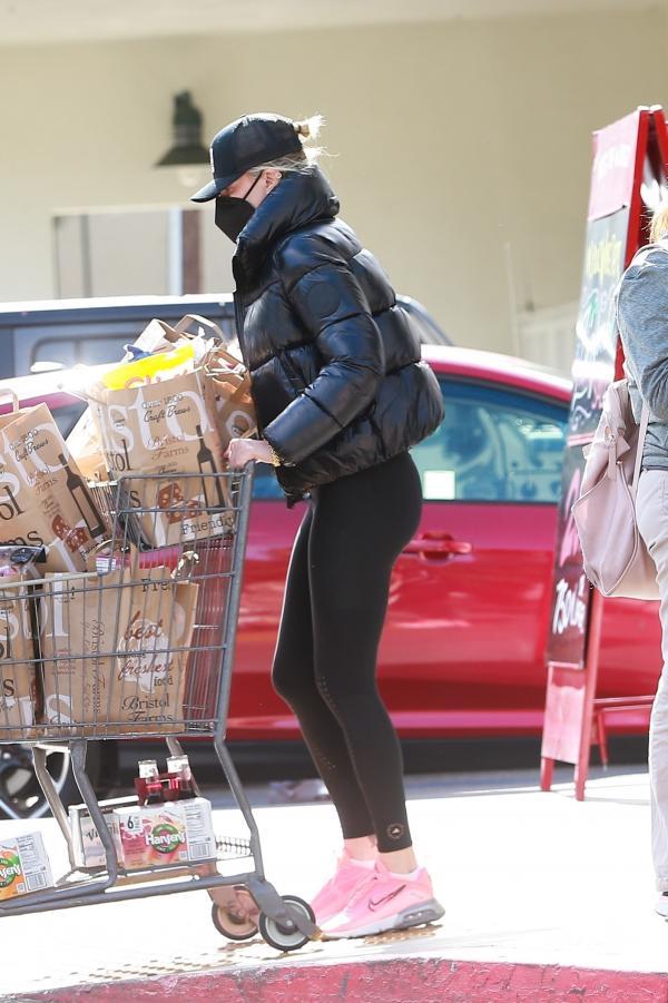Charlize Theron, cumparaturi, imbracata in negru cu masca