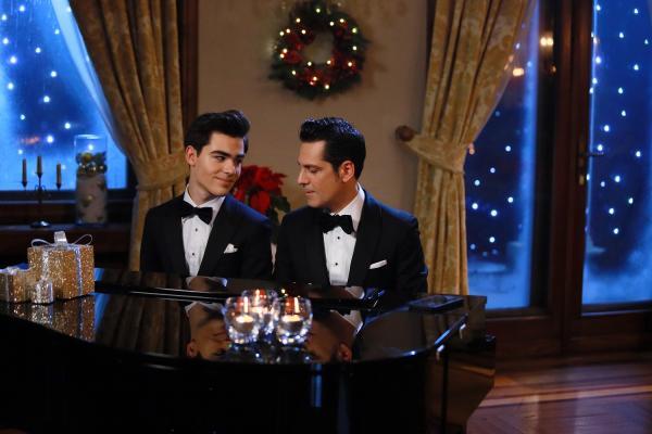 Radu Ștefan Bănică și tatăl său, cântând la pian, purtând sacouri negre, într-o atmosferă de Crăciun