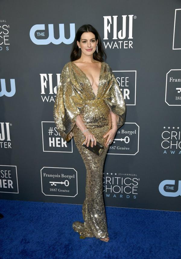 Anne Hathaway, covor rosu, rochie aurie