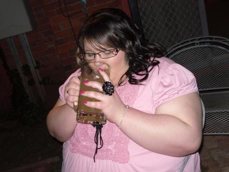 Cathryn Hucknall imbracata intr-un tricou roz