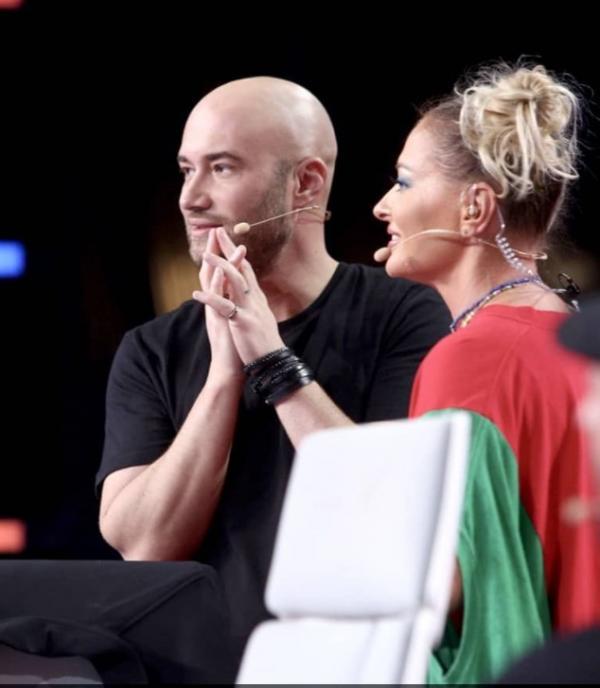 Delia într-un tricou roșu cu verde și Mihai Bendeac, în negru, la iUmor
