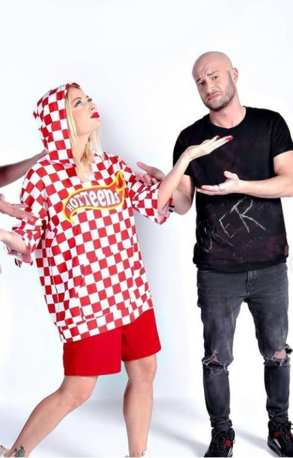Delia, într-un hanorac cu buline și pantaloni scurți roșii și Mihai Bendeac, într-un tricou negru