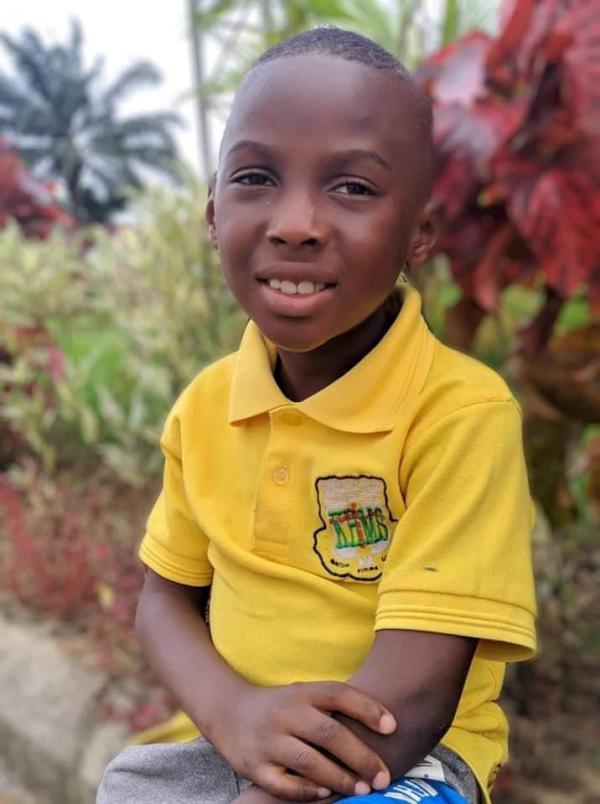 Hope, băiețelul din Nigeria abandonat să moară de foame, acum devenit un copil fericit și zâmbitor