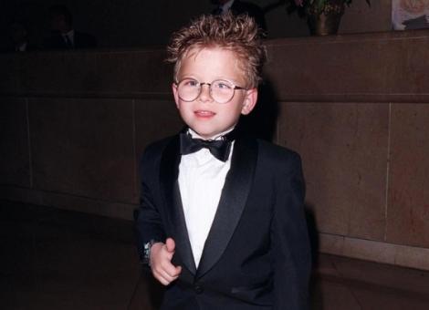 Jonathan Lipnicki, îmbrăcat la costum, pe vremea când era copil (1998)