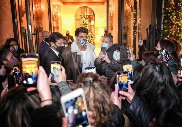 Actorul Can Yaman, ieșind dintr-un hotel din Roma și asaltat de fani