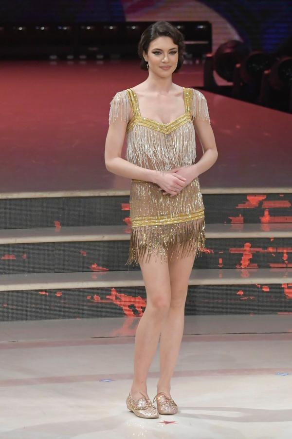 Cristina Ich într-o rochie aurie, scurtă, la Ballando con le stelle