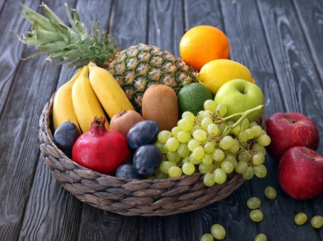 Coș cu fructe: banane,ananas, bere, portocale, struguri, kivi, prune