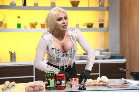 """Sonia Ferrari gătind în bucătăria emisiunii """"Chefi la cuțite"""", sezonul 8"""
