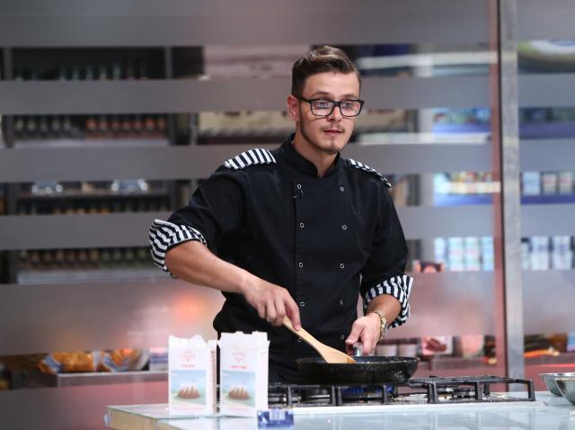 """Ionuț Belei, gătind în bucătăria """"Chefi la cuțite"""""""