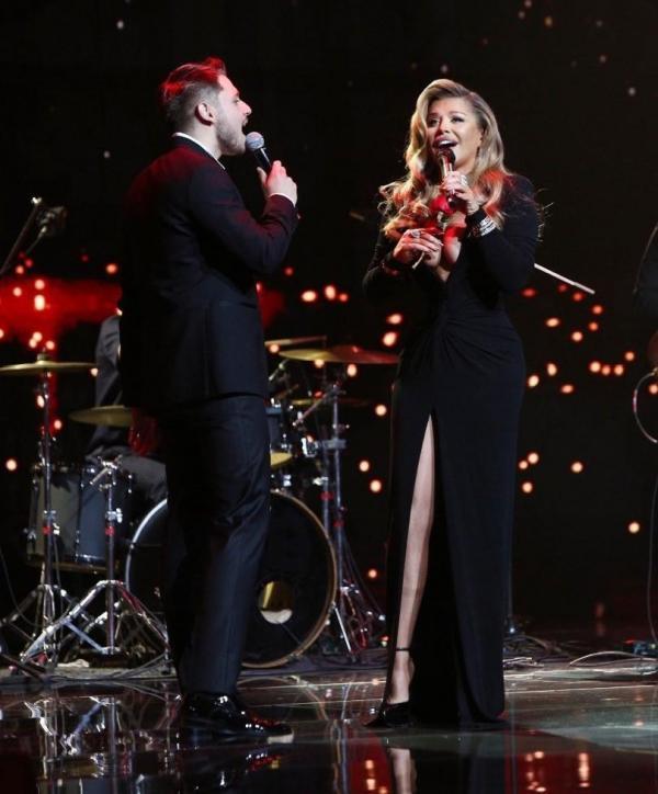 Loredana Groza, într-o rochie neagră, lungă, cu crăpătură și decoleteu, alături de Adrian Petrache, îmbrăcat la costum