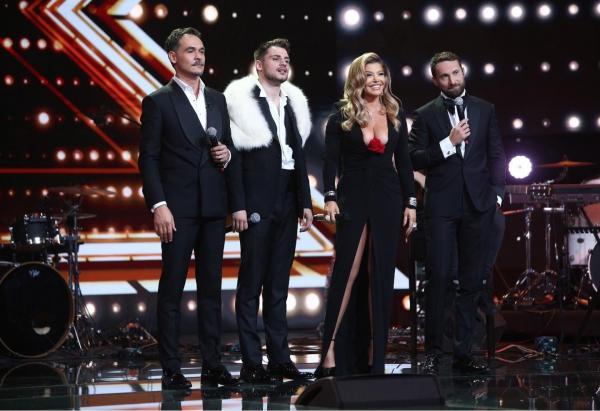 Loredana Groza într-o rochie neagră, decoltată, alături de Adrian Petrache și prezentatorii Răzvan și Dani,  îmbrăcați la costum, pe scena X Factor 2020
