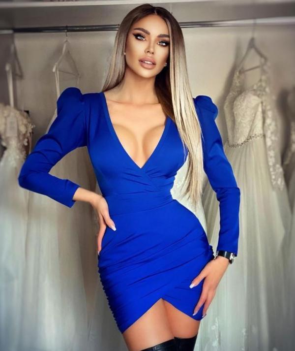 Bianca Dragusanu care poarta o rochie albastra cu un decolteu generos