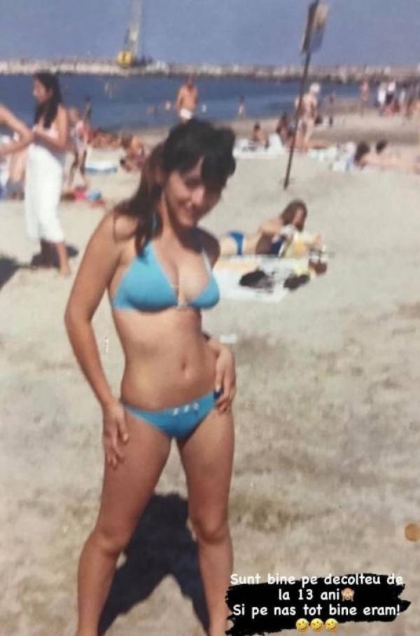 Ruby, la 13 ani, imbracata intr-un costum de baie albastru