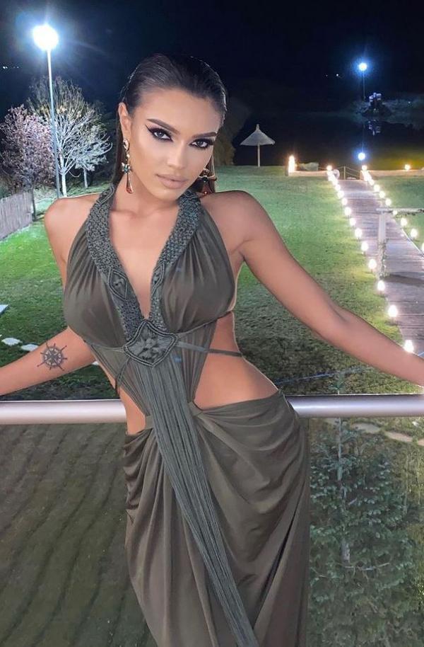 Karmen Simionescu imbaracata intr-o rochie kaki