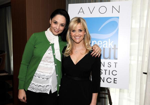 Andreea Marin și actrița Reese Witherspoon, la o conferință despre violența domestică. Andreea Marin poartă un pulover verde, peste o cămașă albă, iar actrița poartă o rochie neagră