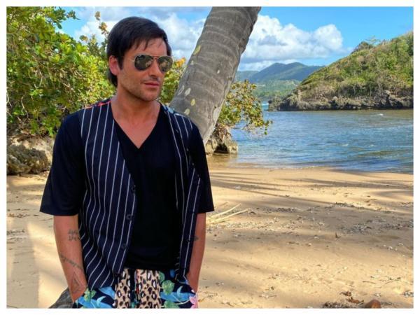 Radu Vâlcan, la filmările pentru Insula iubirii, purtând o ținută lejeră
