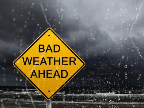Vreme ploioasă și un semn galben, care atenționează vremea rea