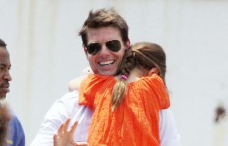 Tom Cruise o ține în brațe pe fiica lui, Suri Cruise