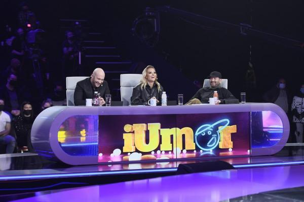 Cei trei jurați iUmor, îmbrăcați în negru, amuzați d eprestațiile de pe scenă