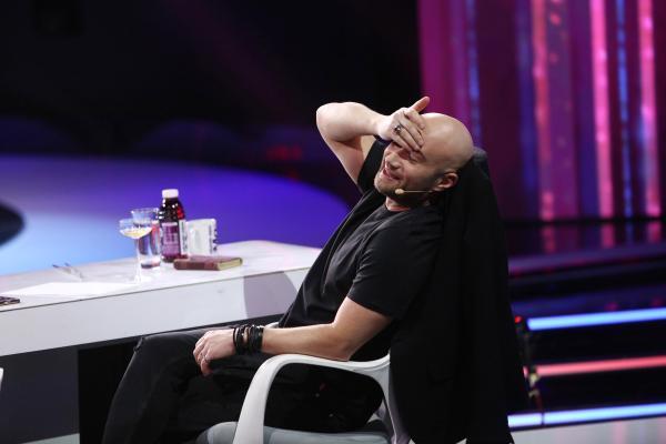 Mihai Bendeac, purtând un tricou negru, la masa juriului iUmor