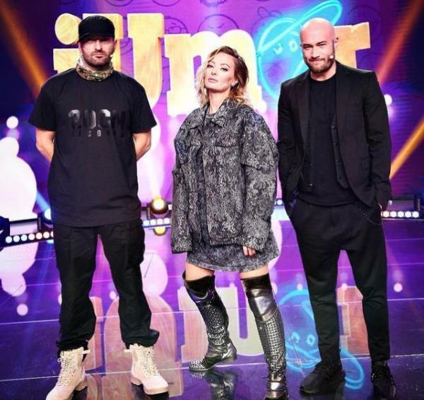 Cheloo și Bendeac, purtând ținute negre, alături de Delia, car epoartă o ținută gri