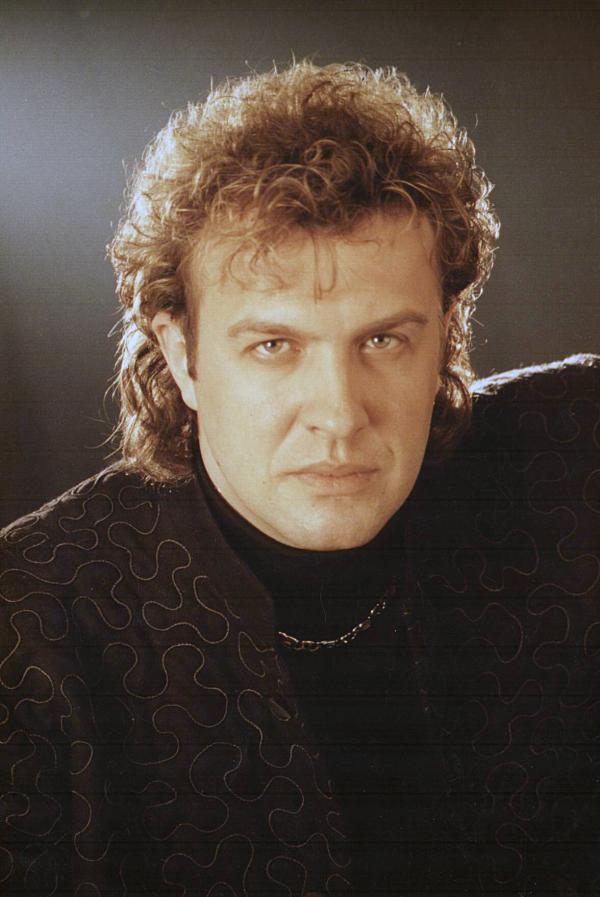 Gabriel Cotabiță, în tinerețe, purtând o bluză neagră