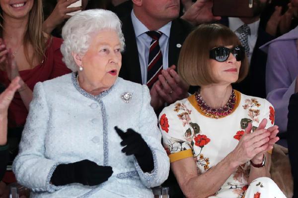 Regina Elisabeta si editorul Vogue la o prezentare de moda