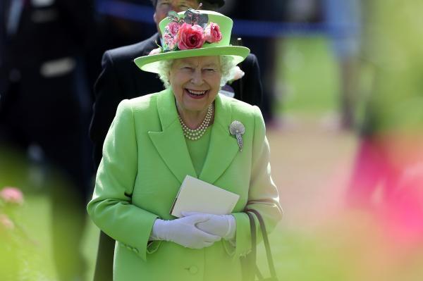 Regina Elisabeta in gradina, costum verde deschis