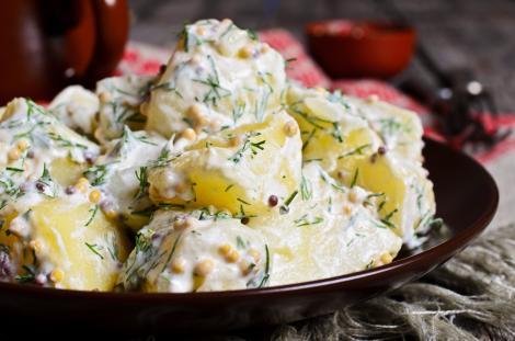 salată caldă de cartofi cu mărar