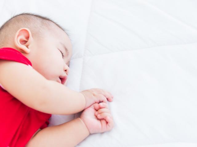 bebelus care doarme