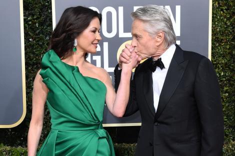 Michael Douglas îi sărută mâna soției sale, Catherine Zeta-Jones
