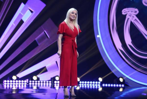 Paula Chirilă,  purtând o salopetă roșie, pe scena iUmor
