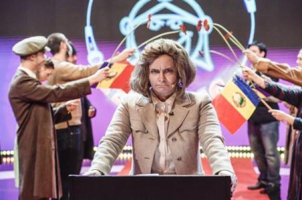 Paula Chirilă, purtând perucă și sacou bej, pe scena iUmor