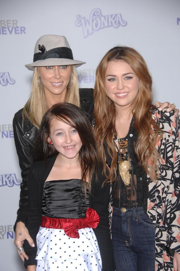 Miley si Noah Cyrus pe covorul rosu, cu mama lor