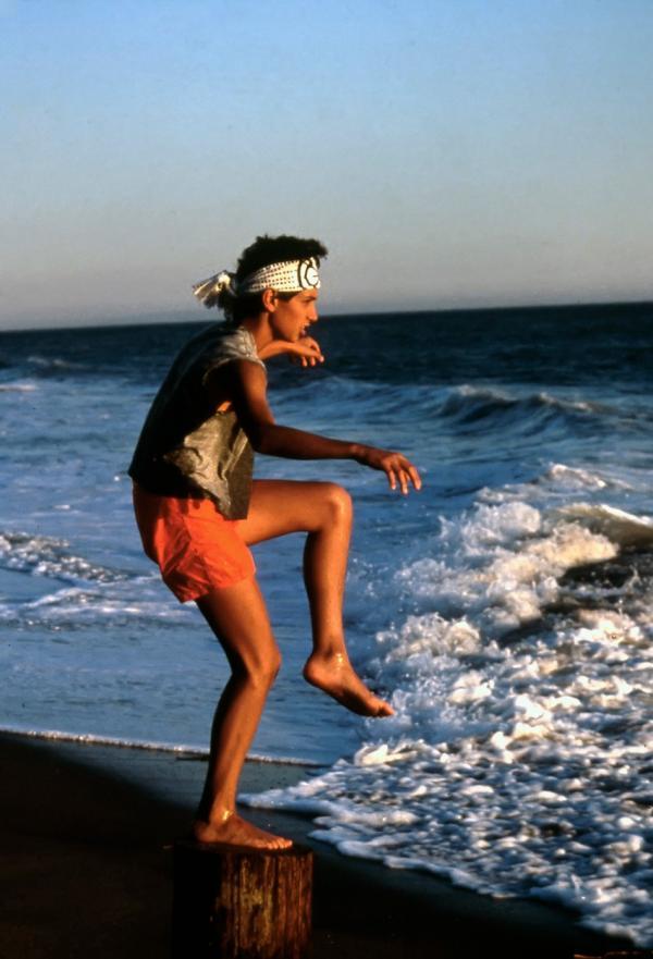 Ralph Macchio, pe plajă, în 1984 jucând în Karate Kid