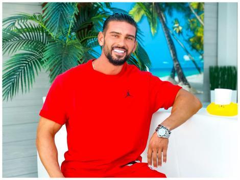Dorian Popa, purtând un tricou roșu, la gala Ajut eu