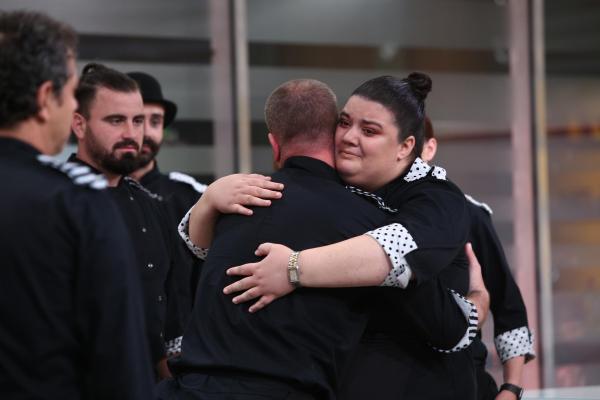 Claudia Radu, îmbrățișându-l pe Foca, după eliminarea acestuia de la Chefi la cuțite
