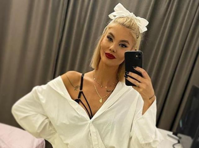 Ramona Olaru, selfie, camasa așba, sutien negru