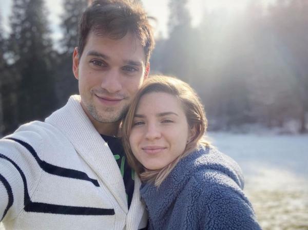 vlad gherman si cristina ciobanasu intr-un peisaj de iarna