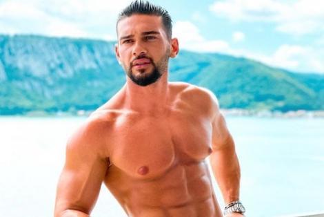 Dorian Popa, topless, apa si munti pe fundal albastru