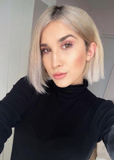 Adda, selfie pentru Instagram, în timp ce poartă o bluză neagră