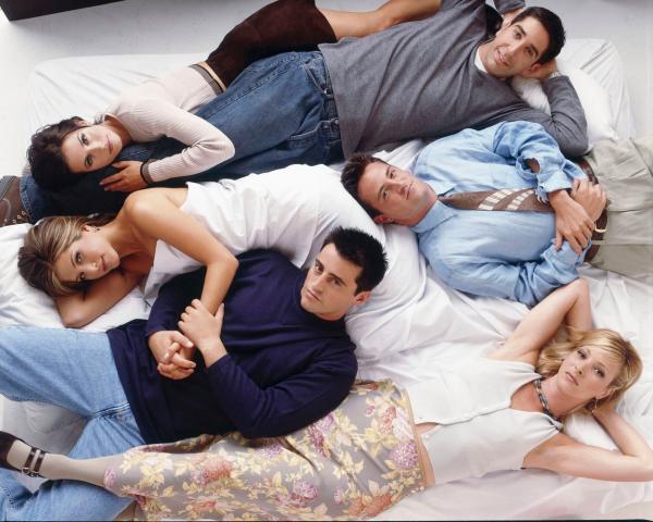 actori din friends pe o canapea