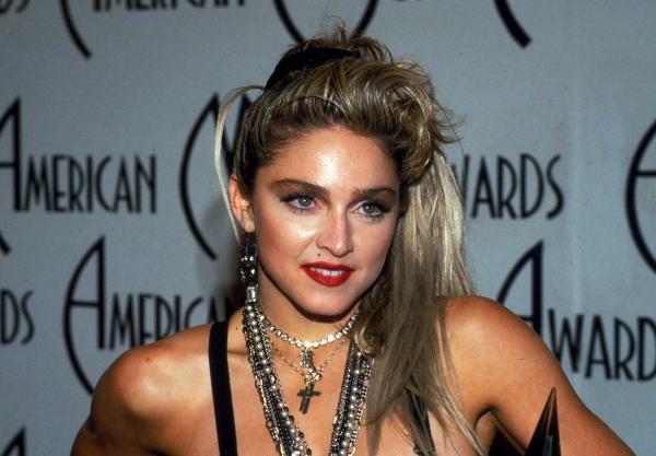 Madonna, tanara, imbracata in negru