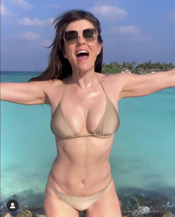 Elizabeth Hurley, costum de baie  plaja